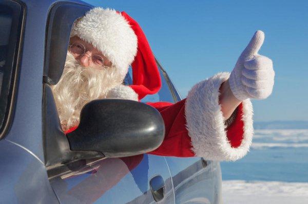 В Омске Дед Мороз за рулём иномарки врезался в новогодний фургон Coca-Cola