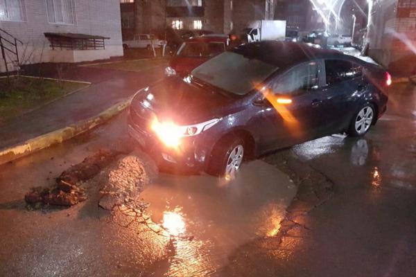 Ростовский водитель провалился в неогороженную яму вместе с машиной