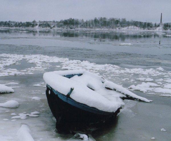 Под Самарой рыбак в лодке вмерз в ледяную глыбу, тело доставали бензопилой