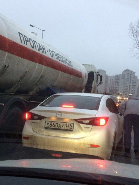 Едва не взорвались: Огнеопасное ДТП в Воронеже спровоцировало пробки