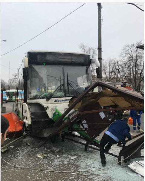 В Москве автобус протаранил остановку возле метрополитена