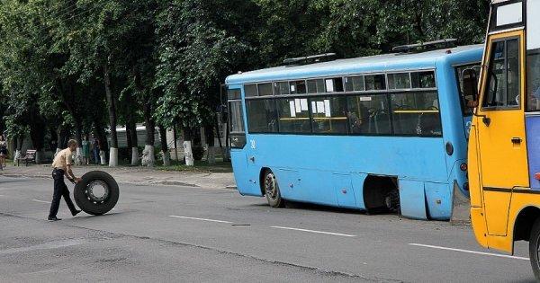 В Новочеркасске  у маршрутки на ходу отпало колесо