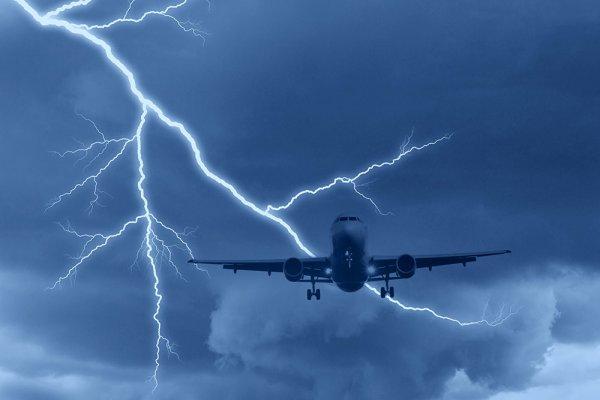 В Грузии задержаны два рейса после попадании молнии в самолет