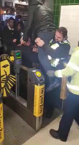 Безбилетник прищемил пенис в лондонском метро