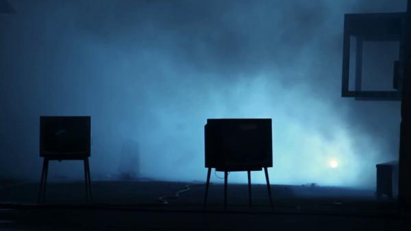 Устрой дестрой! В Челябинске на Новый год выбросили телевизор на машину