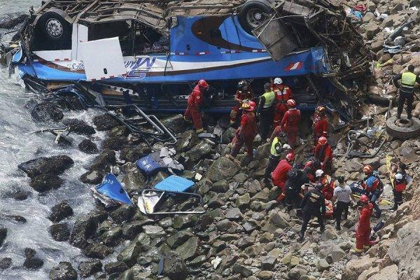 В Перу в результате падения автобуса в пропасть погибли 48 человек