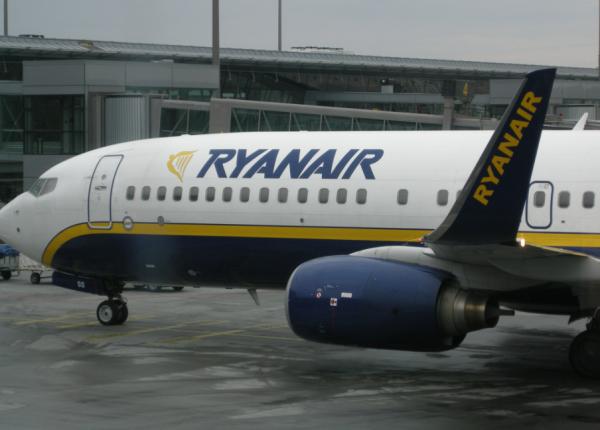 Пассажир рейса Ryanair попытался покинуть самолет через аварийный выход