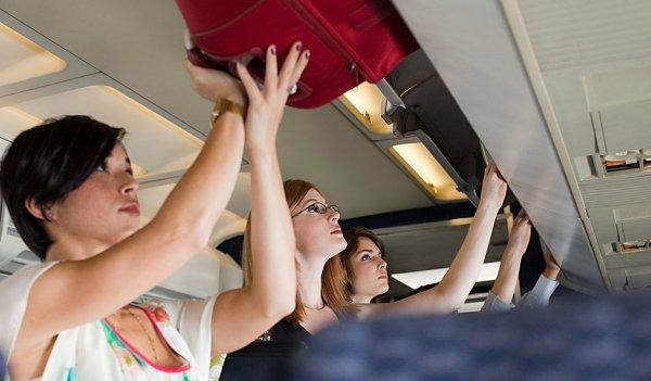 Москвичку госпитализировали из-за чемодана, упавшего на нее в самолете