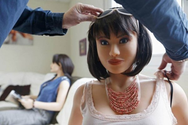 Жители Челябинска нашли выброшенную резиновую куклу из секс-шопа