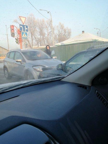 В Кемерово произошло столкновения двух легковых машин «лоб в лоб»