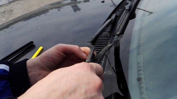 В Воронеже мужчина обломал все дворники стоящим во дворе машинам