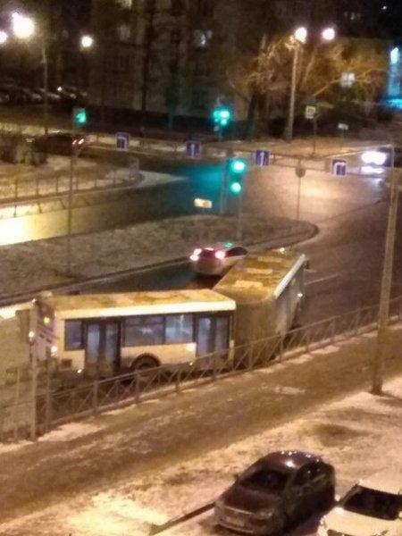 В Кировском районе Петербурга автобус врезался в забор