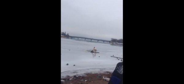 Житель Карелии ради спасения собаки бросился под лед