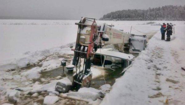 В Иркутской области в реку провалился бензовоз с 20 тоннами нефти