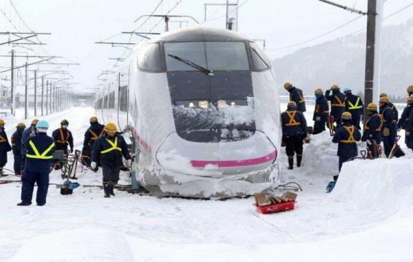 В Японии пассажиры поезда провели ночь в снегу