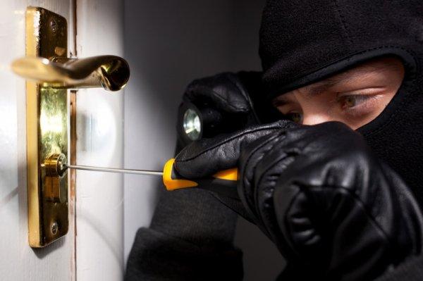 Дерзкие грабители разобрали стену, чтобы обокрасть квартиру