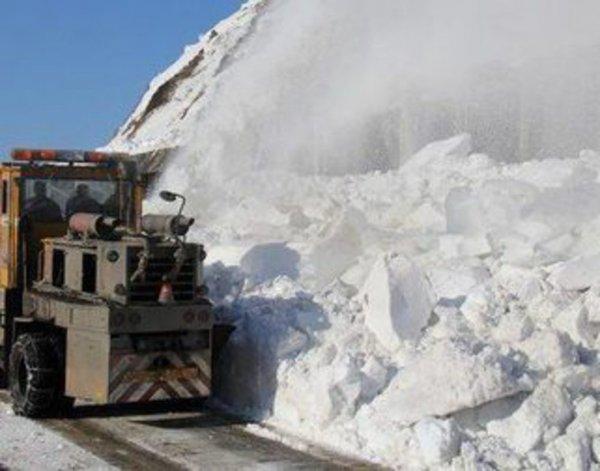 На дорогу в Красноярске сошла лавина