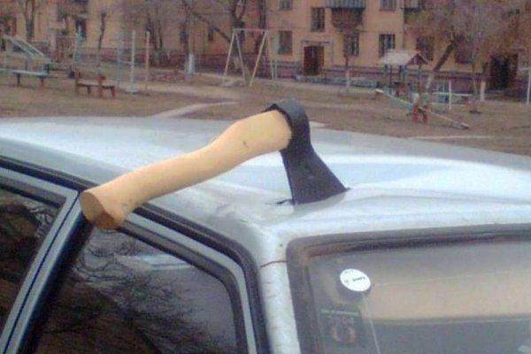 В Прокопьевске мужчина по ошибке повредил топором чужой автомобиль