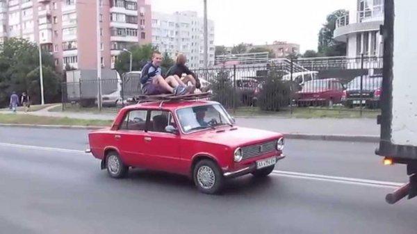 Студенты прокатились в диване на крыше машины в Камне-на-Оби