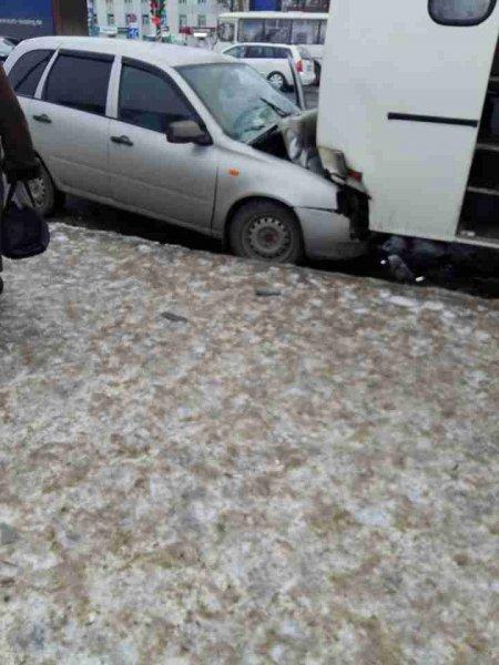 В Иванове LADA влетела под пассажирский автобус