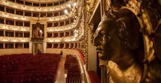 В театре обрушилась декорация и травмировала двоих оперных певцов