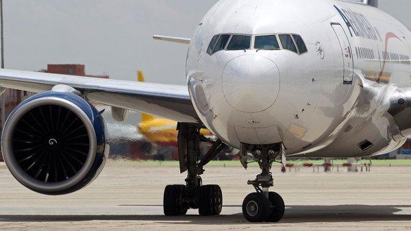 На взлетной полосе с самолета вывели неадекватного мужчину в костюме сноубордиста