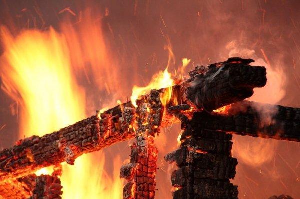 В Омске вновь горит жилой дом