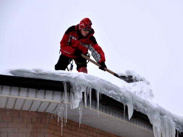 В префектуре ЦАО опровергли повреждения авто глыбой льда в Москве