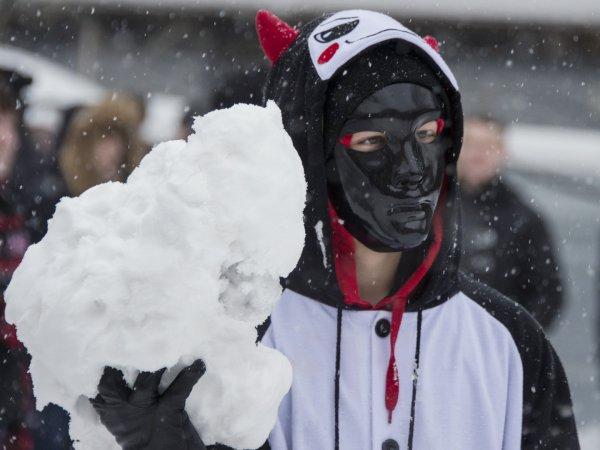 В Москве мужчина закидал снежками посольство США