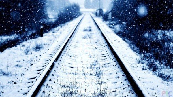 На Сахалине поезд с пассажирами попал в снежную ловушку