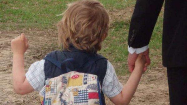 Во Владивостоке мужчина ходит по школам и пытается увести детей