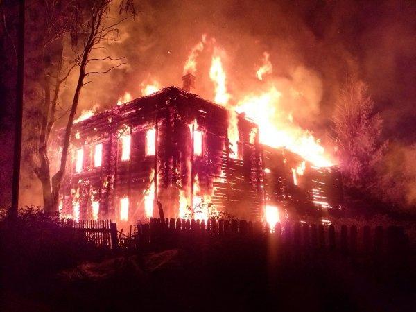 В Подмосковье загорелись  три дома и баня