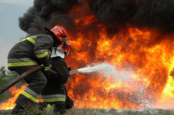 Загоревшийся жилой дом в Кемерово тушили 28 человек