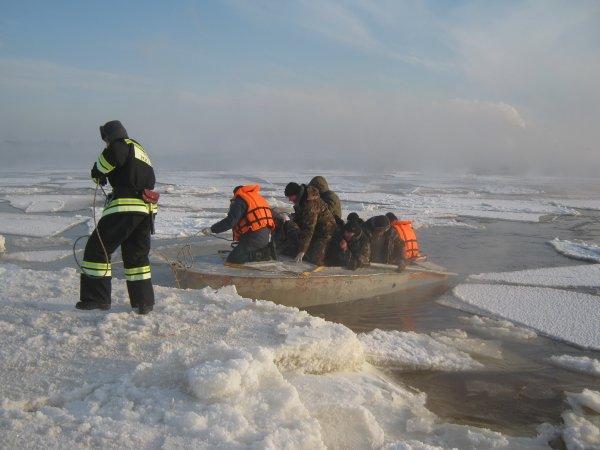 На Сахалине спасли десять рыбаков с оторвавшейся льдины