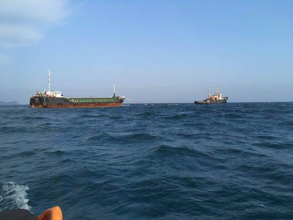Турецкий сухогруз с пробоиной отбуксируют на мель у берегов Крыма