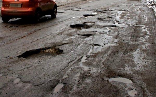 Сотрудники УГИБДД Ростова измерили самые опасные ямы на дорогах