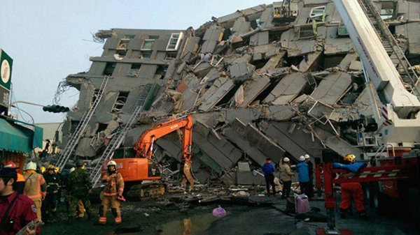 В Тайване из-за мощного землетрясения обрушился отель