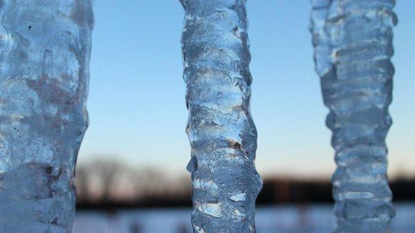 В Петербурге пенсионерка погибла от упавшей глыбы льда