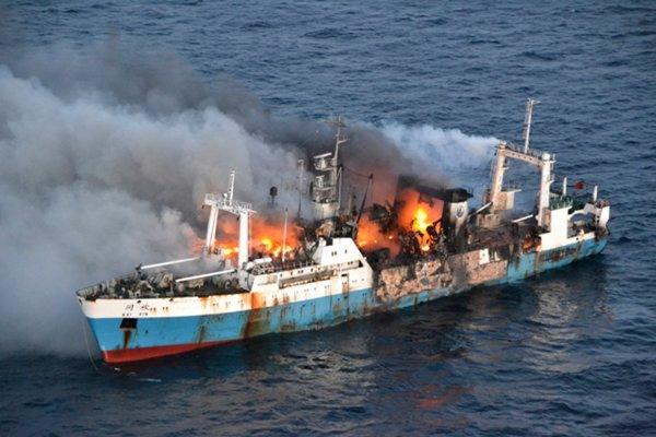 В порту Мурманска горит корабль «Камчатский лосось»