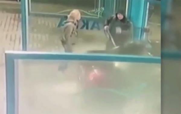 В Краснодаре разгневанную девушку окатили водой на автомойке