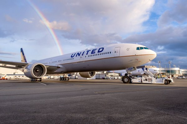 Боинг United Airlines экстренно приземлился в Гонолулу из-за отвалившейся обшивки