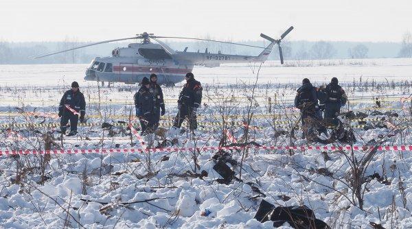 Спасатели проводят операцию по расчистке в лесополосе на месте крушения Ан-148