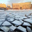 Двух человек, упавших под лед на Москве-реке, ищут водолазы