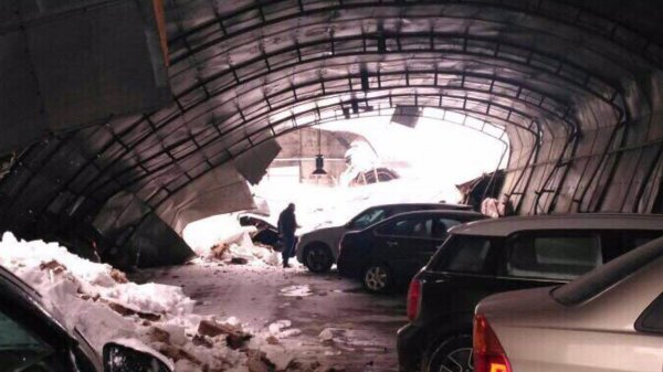 В Балашихе крыша парковки рухнула под весом снега