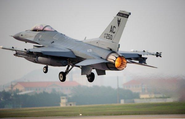 У американского истребителя в Японии в полете загорелся двигатель