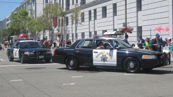 Голый мужчина справил малую нужду на глазах полицейских
