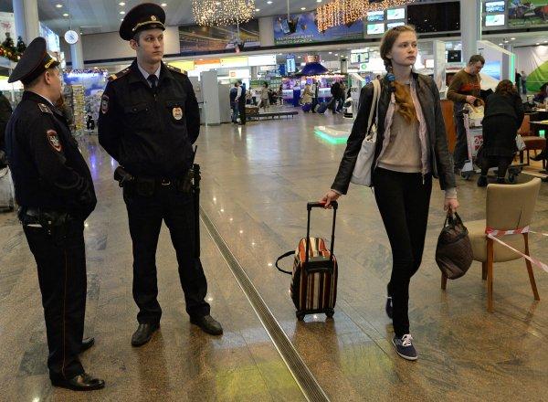 Голова улетела: Пьяный пассажир в Шереметьево напал на полицейского