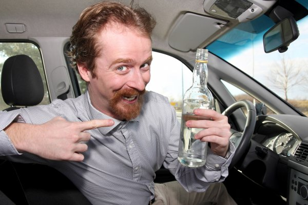 На работу как на праздник: Водитель из Уяра пил прямо за рулём