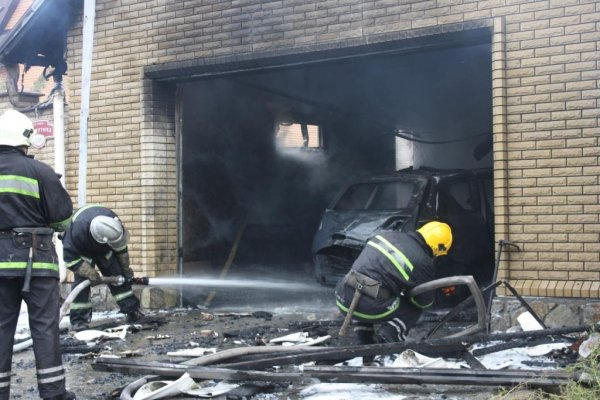 В Бийске взорвался автомобиль в гараже