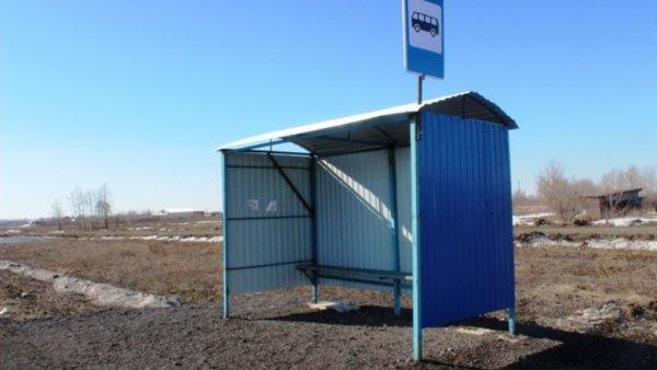 В Мурманской области иномарка протаранила автобусную остановку
